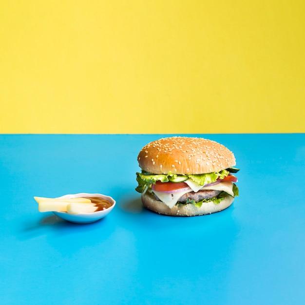 Hamburger Na Niebieskim I żółtym Tle Darmowe Zdjęcia