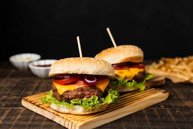 Hamburgery Na Desce I Frytki Darmowe Zdjęcia