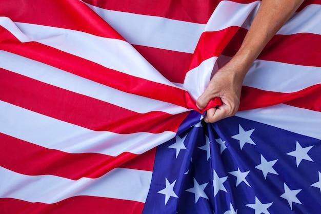 Hand asian man handful usa flag concept konflikt między chinami a stanami zjednoczonymi Premium Zdjęcia