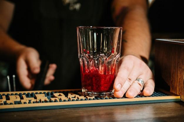 Hand barman zrobić koktajl. Premium Zdjęcia