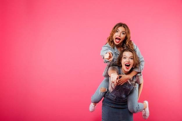Happy Amazing Dwie Kobiety Przyjaciele Baw Się Dobrze Darmowe Zdjęcia