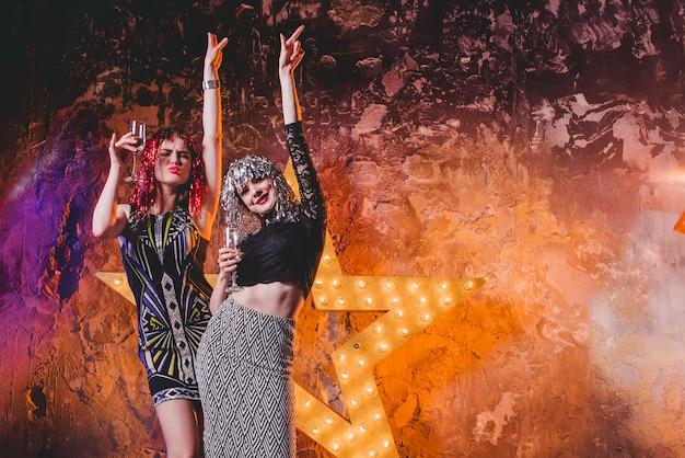 Happy Kobiet W Peruki Na Imprezie Darmowe Zdjęcia