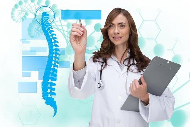 Happy Lekarza Przy Użyciu Aplikacji Medycznej Darmowe Zdjęcia