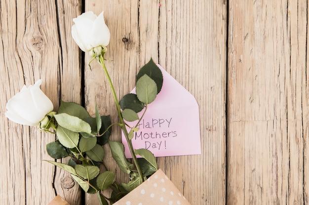 Happy Mothers Day Napis Z Róż Na Stole Darmowe Zdjęcia