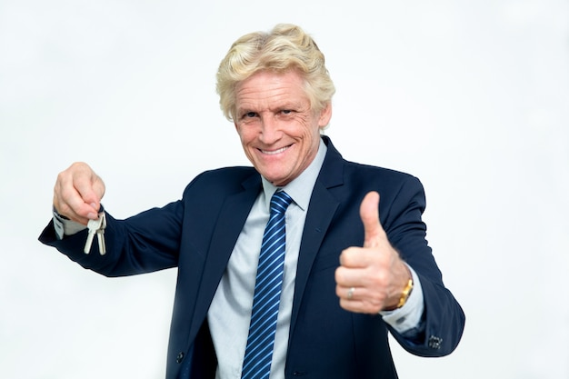Happy Senior Biznesmen Pokazano Klucze I Kciuk W Górę Darmowe Zdjęcia