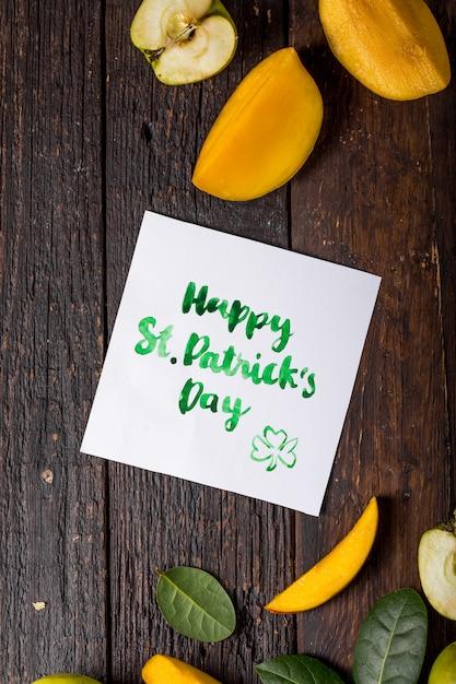 Happy St. Karta Dnia Patryka Z Jedzeniem I Szczęśliwą Koniczyną Premium Zdjęcia