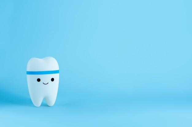 Happy Uśmiechnięta Zabawka Ząb Z Miejsca Na Kopię Premium Zdjęcia