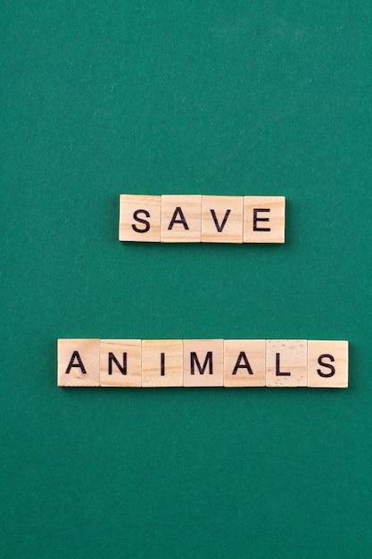 Hasło Ochrony Przyrody. Zapisz Koncepcję Zwierząt. Drewniane Kostki Z Literami Na Białym Tle Na Zielonym Tle. Premium Zdjęcia