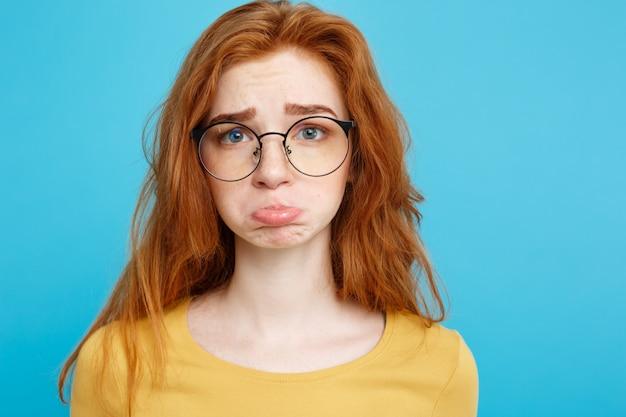 Headshot portret szczęśliwy imbir czerwonych włosów dziewczyna z piegami uśmiecha patrząc na kamery. pastel niebieskim tle. skopiuj miejsce. Premium Zdjęcia