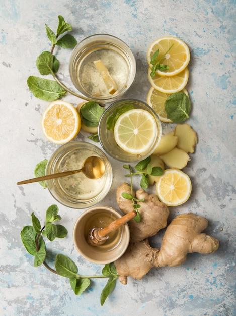Herbata Cytrynowa I Imbirowa Z Miodem. Zdrowe Składniki Na Zimno. Premium Zdjęcia