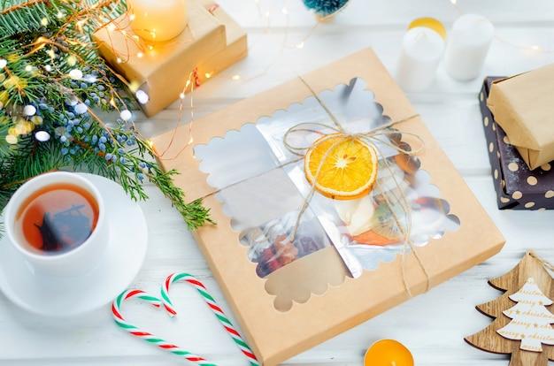 Herbata I Pudełko Z Suchych Chipsów Owocowych Na Drewnianym Stole Premium Zdjęcia