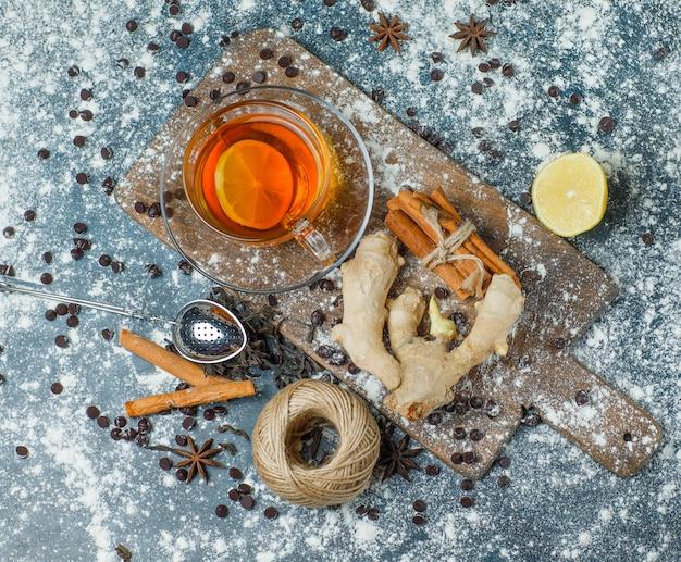 Herbata W Kubku Z Mąką, Chipsy Czekoladowe, Nić, Sitko, Przyprawy, Cytryna Widok Z Góry Na Beton I Deskę Do Krojenia Darmowe Zdjęcia