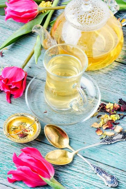Herbata ziołowa i tulipan wiosenny Premium Zdjęcia