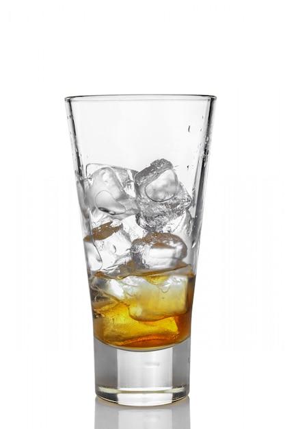 Highball Szkło Z Lodem I Whisky Odizolowywającymi Na Bielu Premium Zdjęcia