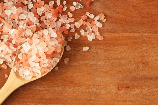 Himalajska Różowa Sól W Drewnianej łyżce Premium Zdjęcia