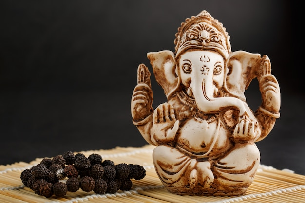 Hinduski Bóg Ganesh Na Czarno Premium Zdjęcia