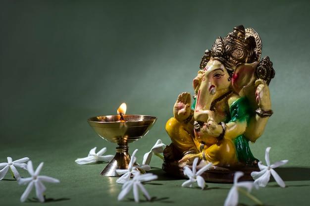 Hinduski Bóg Ganesha. Ganesha Idol. Kolorowy Posąg Ganesha Idol. Miejsce Na Tekst Lub Nagłówek. Premium Zdjęcia
