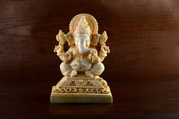 Hinduski Bóg Ganesha. Ganesha Idol Na Brązowym Tle Premium Zdjęcia