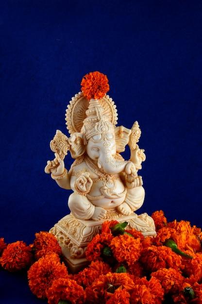 Hinduski Bóg Ganesha. Ganesha Idol Na Niebieskim Tle Premium Zdjęcia