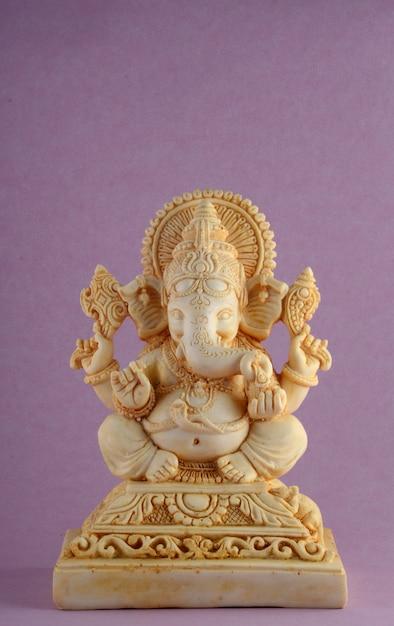 Hinduski Bóg Ganesha. Ganesha Idol Na Purpurowym Tle Premium Zdjęcia