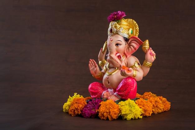 Hinduski bóg ganesha. ganesha idol w ciemności. Premium Zdjęcia