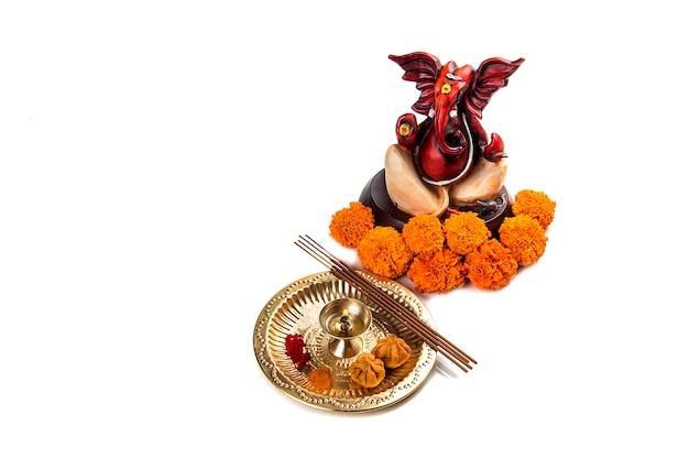 Hinduski Bóg Ganesha. Pomnik Lorda Ganesha. Układ Kultu (pooja). Premium Zdjęcia