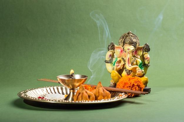 Hinduski Bóg Ganesha. Statua Pana Ganesha. Aranżacja Pooja (kultu). Premium Zdjęcia
