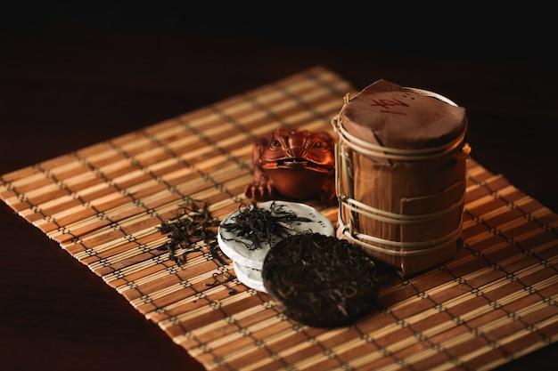 С ¡hinese puer herbata z buddha statuą na ciemnym tle. tradycyjna chińska herbata. Darmowe Zdjęcia
