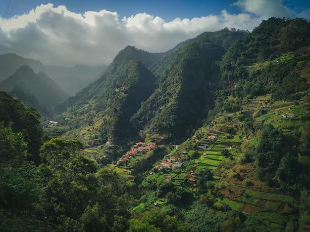 Hipnotyzująca Sceneria Pięknych Zielonych Gór Z Zachmurzonym Niebem Darmowe Zdjęcia