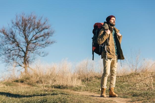 Hipster Człowiek Podróżujący Z Plecakiem W Jesiennym Lesie W Ciepłej Kurtce, Kapeluszu, Aktywny Turysta, Odkrywanie Przyrody W Zimnych Porach Roku Darmowe Zdjęcia