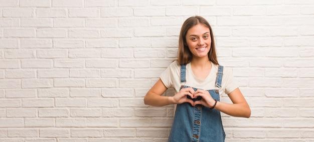Hipster Młoda Kobieta Robi Kształt Serca Rękami Premium Zdjęcia