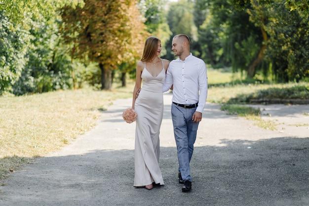 Historia Miłosna W Parku. Szczęśliwy Mężczyzna I Kobieta Darmowe Zdjęcia
