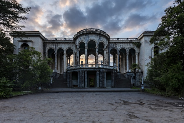 Historyczne Opuszczone Sanatorium Medea W Tskaltubo W Gruzji Podczas Zachodu Słońca Darmowe Zdjęcia