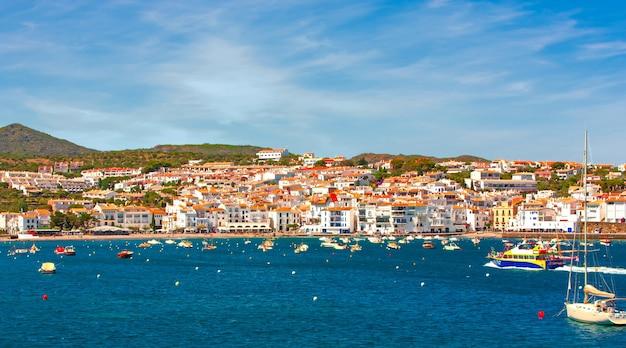 Hiszpania. Katalonia. Cadaques Na Wybrzeżu Costa Brava. Słynne Turystyczne Miasto Hiszpanii. ładny Widok Na Morze. Krajobraz Miasta. Premium Zdjęcia