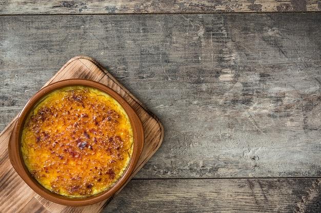 Hiszpański Deser. Crema Catalana Na Drewnianym Stole, Kopii Przestrzeń Premium Zdjęcia