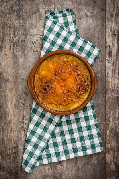 Hiszpański Deserowy Crema Catalana Na Drewnianym Stole Premium Zdjęcia