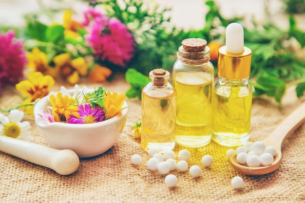 Homeopatia, Wyciągi Ziołowe W Małych Butelkach. Premium Zdjęcia