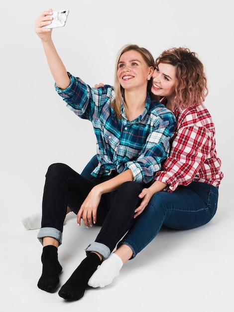 Homoseksualna Para Uśmiecha Się Selfie Dla Walentynek I Bierze Darmowe Zdjęcia