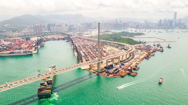 Hongkong portowy okręg przemysłowy z ładunku kontenerowiec i most stonecutters. Premium Zdjęcia