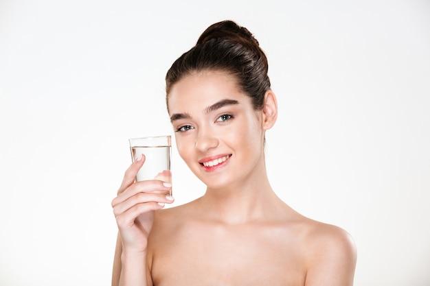 Horyzontalny Obrazek Szczęśliwa I Zdrowa Kobieta Jest Półnagim Pijącym Minaralną Wodą Z Przejrzystego Szkła Z Uśmiechem Darmowe Zdjęcia