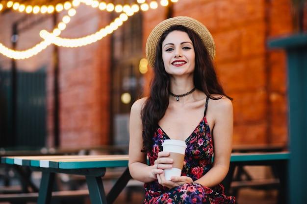 Horyzontalny Portret Piękna Kobieta Z Makijażem Ubierał W Słomianym Kapeluszu I Sukni Premium Zdjęcia