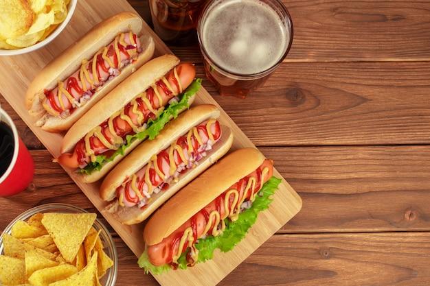 Hot-dogi na drewnianym tle Premium Zdjęcia