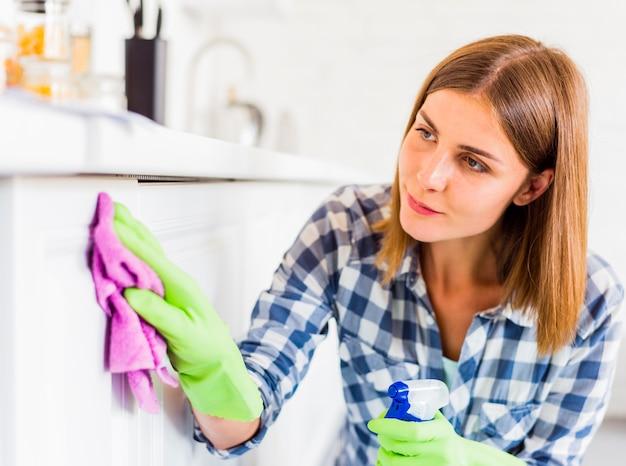 Housekeeping pojęcie z młodą kobietą Darmowe Zdjęcia