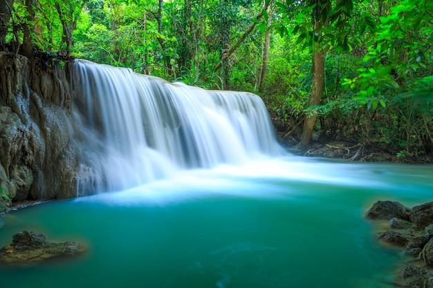 Huay Mae Kamin Wodospad W Parku Narodowym Khuean Srinagarindra. Premium Zdjęcia