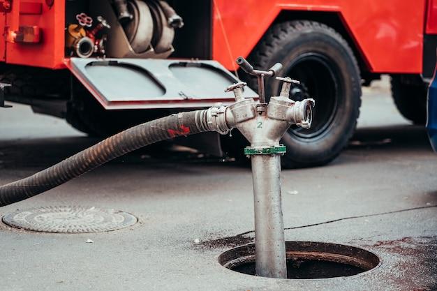Hydrant Przeciwpożarowy Używany Podczas Pożaru Konstrukcji Darmowe Zdjęcia