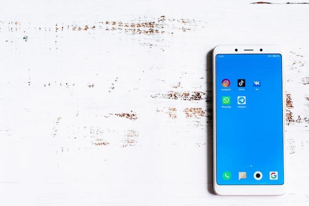 Ikona Aplikacji Mediów Społecznościowych Na Ekranie Smartfona Premium Zdjęcia