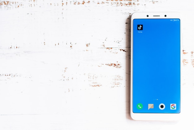 Ikona Aplikacji Tik-tok Na Ekranie Smartfona Premium Zdjęcia