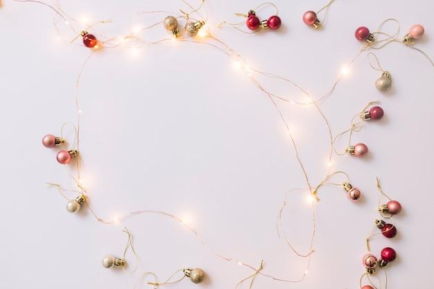 Illuminating fairy lights w pobliżu christmas baubles Darmowe Zdjęcia