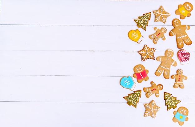 Imbirowe Herbatniki W Kształcie Mężczyzn, Gwiazd I Drzew Na Worze I Białej Drewnianej Powierzchni. Koncepcja Bożego Narodzenia Premium Zdjęcia