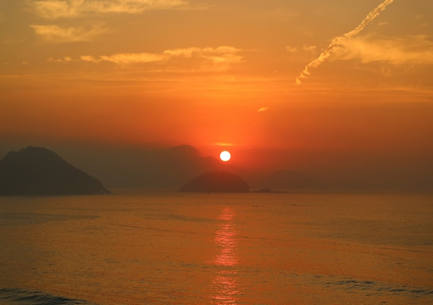 Imponujący wschód słońca nad widokiem na ocean atlantycki z plaży copacabana w rio de janeiro, brazylia Premium Zdjęcia